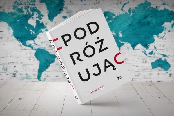 Okładka książki podróżując na tle mapy